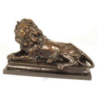 Große Bronze Löwe auf einem Marmorsockel